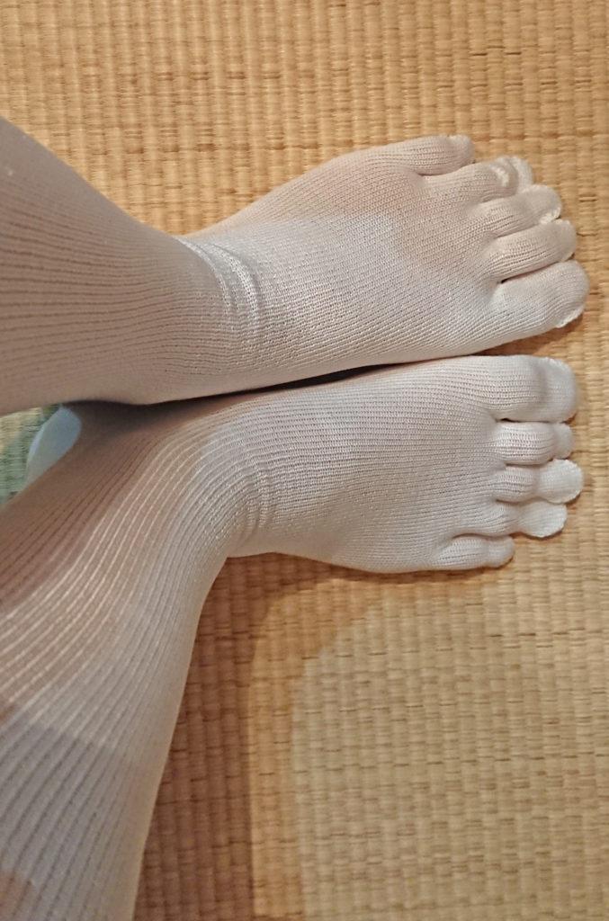 1足目のシルク5本指を履いたところ。